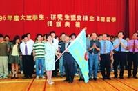 民國96年8月校長張家宜(左)親自授旗鼓勵全體出國留學生,蘭陽校園主任林志鴻(右)帶領師生接授旗,此為蘭陽校園第一批大三學生出國。
