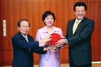 Dr. Kan-nan Chen (left) handed over the seat of Vice President for Academic Affairs to Dr. Gwo-hsing Yu (right).