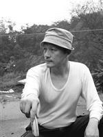 爽朗隨性的謝英俊穿著簡單的汗衫在建築工地來回奔波,為川震付出心力,協助重建。(圖�謝英俊提供)