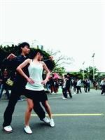 新學期展開,許多社團擺攤招攬新血加入。圖為國標社賣力熱舞。(攝影�劉瀚之)