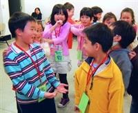 小朋友在遊戲中,互動互助,學習知識與團體生活!(圖�陳振堂)