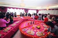 9日在覺生國際會議廳舉辦的「新春團拜茶會」,擺設頗具創意,排列出「春」字造型,喜氣洋洋。(圖�嘉翔)