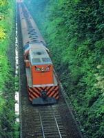 底圖為北淡線火車駛入淡水車站一景。北淡線火車自明治34年起行駛至民國77年,為第一、二波時期,師生們至本校求學的主要運輸工具。