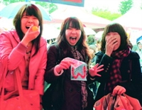 海報街上演「艋舺」;學生邊吃邊玩笑開懷(攝影�吳佳玲)