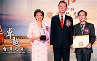 校長張家宜(左)與主任秘書徐錠基(右)自行政院副院長邱正雄(中)手中接下獎座及證書,高興地一起合影。(攝影�嘉翔)