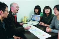 丹麥哥本哈根皇家藝術學院教授歐狄龍(左二),在輕鬆氣氛中,傳授學生建築概念。