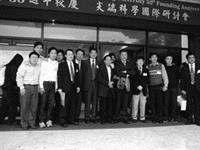 物理系於2000年11月2、3日在驚聲國際會議廳舉辦「尖端科學國際研討會」,邀請14名國際知名科學家發表最新尖端學術研究成果,其中包括兩位諾貝爾得主,分別為1976年獲得諾貝爾物理獎的丁肇中博士,以及1986年獲得諾貝爾化學獎的李遠哲博士。(圖�物理系提供)