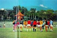 民國70年代,學生在操場踢球,恣意揮灑汗水,圖中後方的中式建築為當時的警衛室。