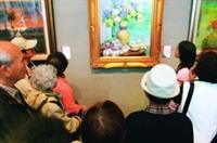 由文錙藝術中心協辦的「臺北縣美術家大展」,上月25日展出多件油畫作品,吸引許多師生、遊客前往參觀。(攝影�  嘉翔)