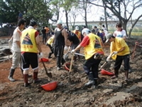 Figure: TKU students are seen cleaning up the dirt at the playground of Pingtung County's Qiangyuan Elementary School to help the disaster relief work in the aftermath of Typhoon Morakot.