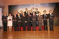 第19屆國家品質獎於5日頒獎,本校是今年唯一獲獎的大專院校,校長張家宜(左二)高興地與其他獲獎者合照。(圖/嘉翔)