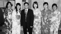 日文系系主任彭春陽帶領穿著日本傳統服裝的學生,在文化教室啟用典禮中接待外賓。(圖�日文系提供)