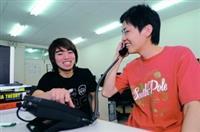 電機系系友苗衍慶贈送系上網路電話機,不僅可當作實驗室分機,教師出國時也可以利用softphone軟體電話,免費打回系上指導研究生。(攝影�洪翎凱)