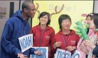 來自非洲的交換生唐可諾(左一)在「英語與國際文化研習營」的成果發表競賽中,表演得唯妙唯肖,頗獲好評。(圖�  嘉翔攝)