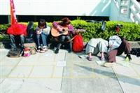 17日至19日,學生會連續三天於商館前販售「忘春瘋」演唱會門票,由於每天限量600張,買票人潮天天大排長龍,學生甚至徹夜搶位排隊,為了打發時間,有的玩大富翁,有的彈吉他練唱,有的乾脆在現場打地鋪睡覺。(攝影�林奕宏)