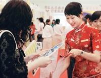 教學卓越計畫博覽會中,本校親善大使身穿雅紅色旗袍,向來自各地的參觀者發送資料,親切地為來賓介紹淡江的成果與特色,出眾的氣質與表現成為焦點。(記者王文彥攝影)