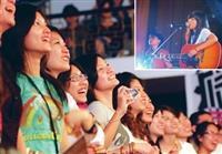「忘春瘋」演唱會,歌手陳綺貞深情獻唱,觀眾如癡如醉。(圖�陳振堂)