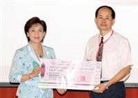 校長(左)頒發百萬團體獎及十萬個人獎給翁慶昌的研究團隊。(陳振堂攝)