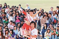 競技啦啦隊為校慶運動大會開場表演,熱情活潑,令人振奮。