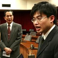 總務長羅運治(圖左)聆聽主任稽核員張金哲(圖右)對本校的外稽建議。