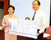 張家宜校長頒給機器人團隊150萬獎金,由電機系系主任翁慶昌受獎。(陳振堂攝)