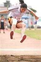 跳遠選手奮力一跳,感覺像要飛起來了!