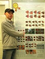 論文壁報獎得獎者之一生科所碩一李耕琿,與其中一個得獎壁報合照。(黃士航攝)