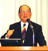 張創辦人建邦博士,在淡江教學與行政革新研討會中,以堅定的手勢、生動的表情發表致詞。(洪翎凱攝)