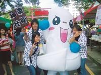 蛋捲節吉祥物「蛋蛋」在園遊會現場遊園,吸引更多人潮爭相拍照,為校慶活動帶來高潮。