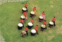僑生文化週,來自各國的僑生,利用課餘時間練習「24節令鼓」,整齊劃一、力道十足,配合醒獅團的演出,唯妙唯肖,獲得觀眾熱烈的掌聲。(圖�王文彥)