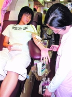 As the Blood Donation Bus stayed on Tamkang campus, many students got in and gave their hands.