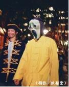 學生於萬聖節舉行變妝派對,打扮成各式各樣的鬼怪遊行,雖然嚇壞不少路人,但也讓校園充滿濃濃的西洋鬼節氣氛。