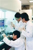 來自全國各地60所高中的菁英,參加化學系主辦的第二屆全國高中「鍾靈化學創意競賽」,參賽者穿戴實驗衣、實驗鏡,進行實作競試,有板有眼。(圖�王文彥)
