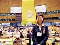 謝舒妃於聯合國大會堂留影。