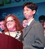 資訊系博士生陳智揚(右一)揚名國際,上台領取獎項。(圖�陳智揚提供)