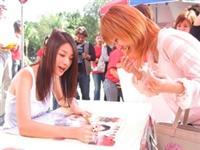 一名女同學等著索取許瑋倫簽名海報,喜不自勝。(攝影/陳震霆)