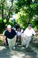 校長張紘炬(前排左)率一級單位主管們,於九月八、九兩日上午八時帶領新生爬上克難坡,體驗「樸實剛毅」的校訓精神。(攝影/練建昕)