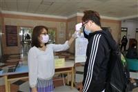 日文系專任教師協助外語大樓量測體溫