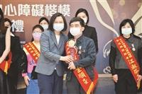 張金順、張瓊玉獲身心障礙楷模金鷹獎
