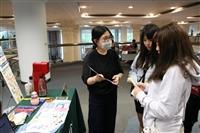 圖書館參考組於總館3樓櫃台前方舉 辦「指尖市集體驗營」