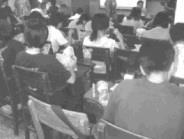 △左:中午時段排課,讓上課吃東西成為很多老師和同學們的默契。(陳竹偉攝)