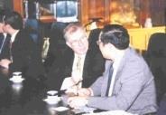 英國三軍聯合指揮參謀學院教育長Prof.Geoffrey&nbspTil與張校長交換學術心得。(記者張佳萱攝影)