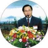 宜蘭縣長劉守成在植樹儀式上致詞,龜山鳥的輪廓在其背後清楚呈現。