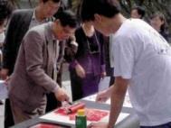 外語學院院長林耀福(左)親手製作版畫。(記者劉育孜攝)