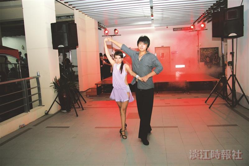 由國際標準舞社帶來的演出,雙人默契十足,豐富的肢體語言,隨著節奏起舞旋轉,漂亮俐落的舞姿,讓人感受到輕快流暢的舞蹈美感。 (圖/蘭陽校園提供)