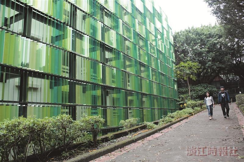 改裝後的教育學院大樓,外觀綠色玻璃讓行經的路人,被其美景與質感觸動,強烈感受與自然共處的意境。(攝 影/林奕宏)
