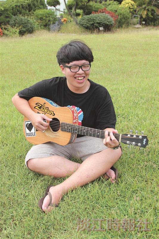 林易祺只要一有機會拿起吉他,手指就不斷在六弦上移動,彷彿隨處都是他的舞台!(攝影/張峻銓)