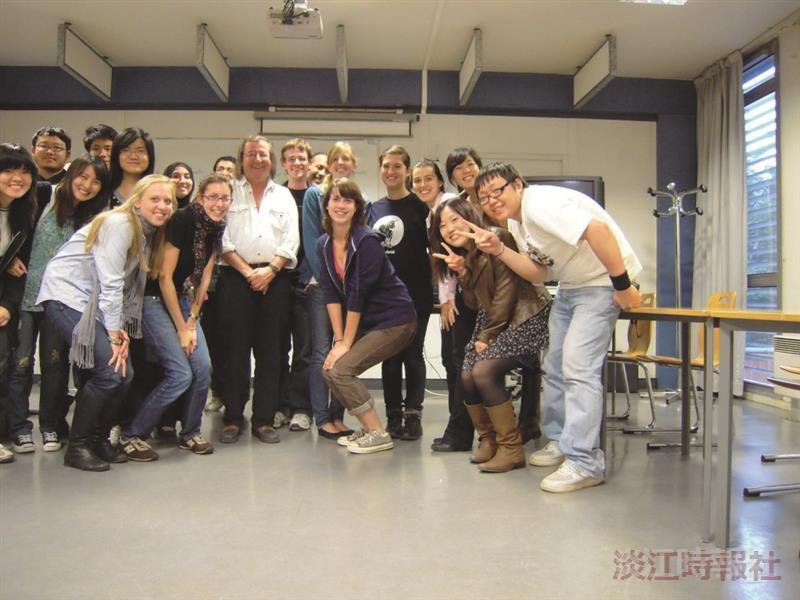 法文碩一林尚文(右一)在法國留學時與班上同學開心合影。(圖/林尚文提供)