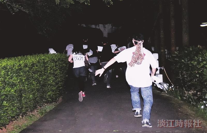 「獵人來了,快跑!」財金系日前在夜裡舉辦全員逃走中活動,玩家在校園奔馳躲避獵人追擊。(攝影/鄧翔)