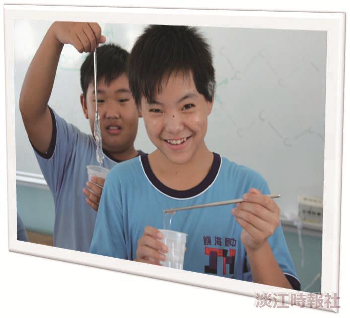 行動化學館第23站鎮海國中學生開心作實驗。